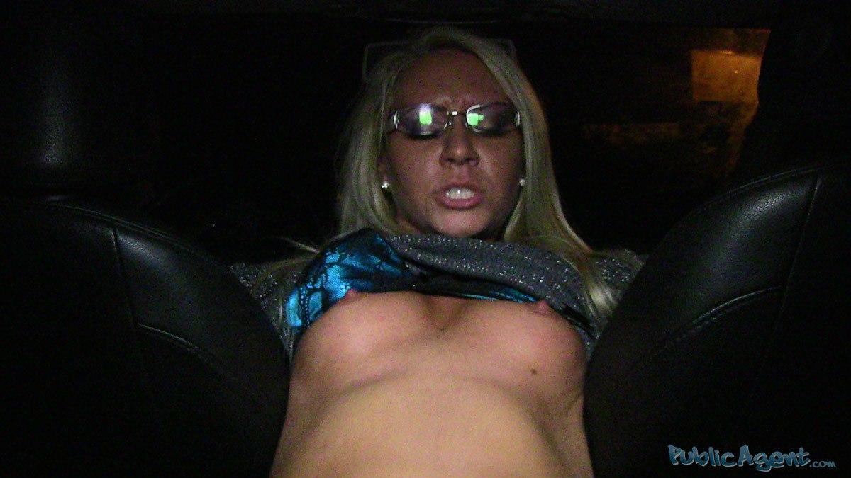 PublicAgent - Jessy (Зрелую блондинку трахнули в машине)