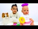 Kız Oyuncakları Emily kardeşine bakıyor Bebek bakma oyunu bez değiştirme yemek yedirme