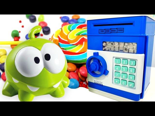 Bebekoyunları -Çizgi film oyuncak Om Nom markette eğleniyor ve para kasayı açmaya çalışıyor.