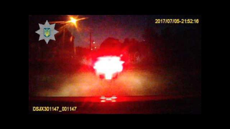 На вимоги інспекторів про зупинку водій не реагував та продовжував рух