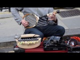 Уличный музыкант играет на тенисной ракетке и не только