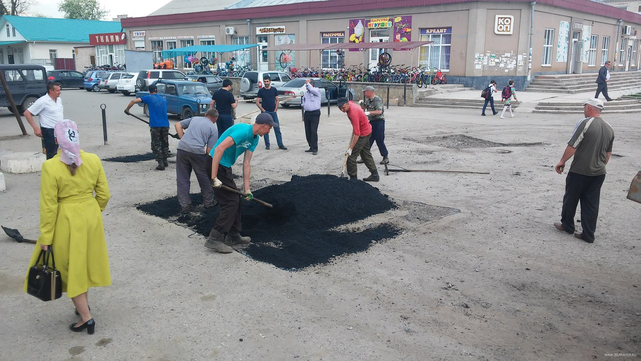 В станице Зеленчукской провели ямочный ремонт площади Ленина