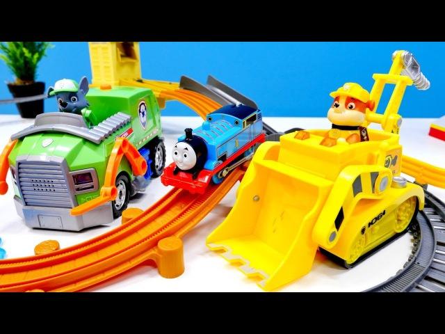 THOMAS tren oyuncak yolda kaldı Paw Patrol araçları ile yardıma geliyor Çocuk gelişimi