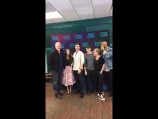 Баркели Даффилд вместе с кастом сериала «По ту сторону» в офисе «Freeform»