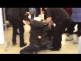 Охранники ТЦ в Калуге выволокли мать с ребенком
