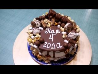 Торт сникерс - супер шоколадный бисквит, крем чиз, жареный арахис, соленая карамель, декор сладости, вес 2кг