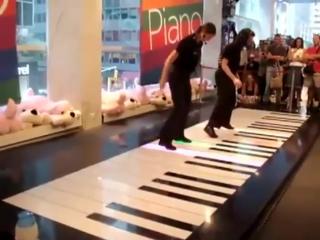 Фантастическая игра на напольном пианино