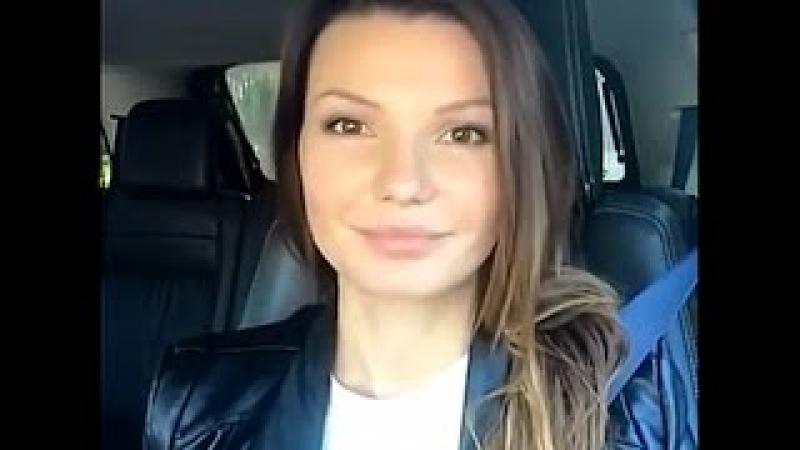 Девушка в ментовской машине