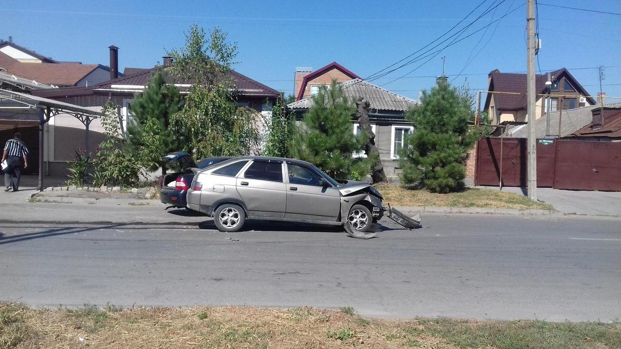 В Таганроге в результате столкновения двух автомобилей пострадали 4 человека, среди них подросток