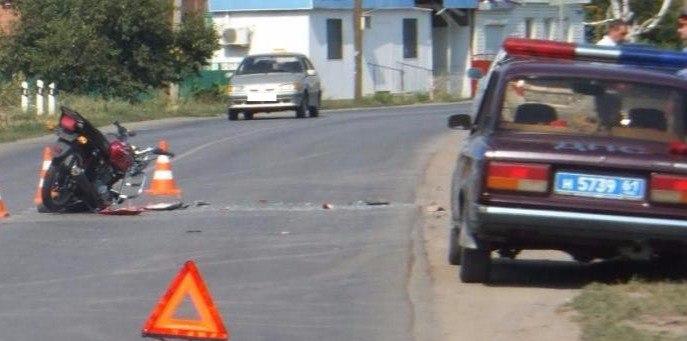 Под Таганрогом 70-летний мопедист на большой скорости врезался в стоящий грузовик