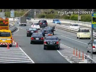 Кортеж японского премьер-министра встраивается в поток