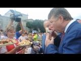 Главу департамента туризма Москвы напоили чаем с вареньем на фестивале саратовского калача