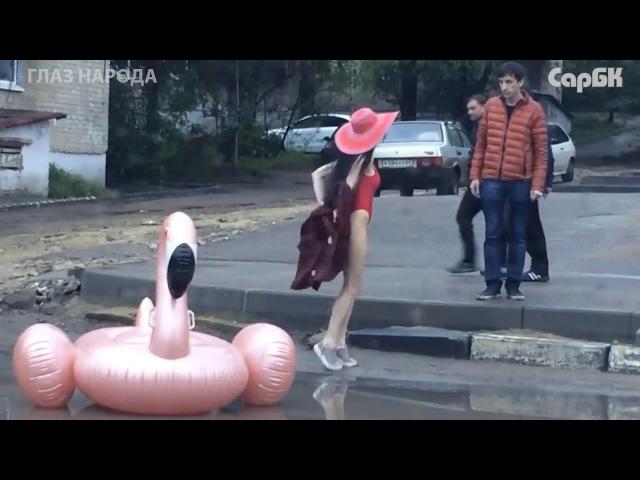 Фотосессия с надувным фламинго в луже