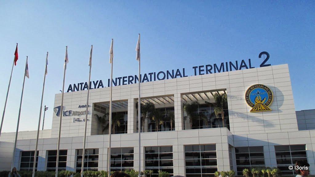 В аэропорту Анталья произошла паника из-за угрожавшего взорвать себя мужчины