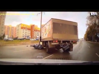 Мотоциклист, уходя от столкновения, угодил под колеса грузовика. (15.09.2016)