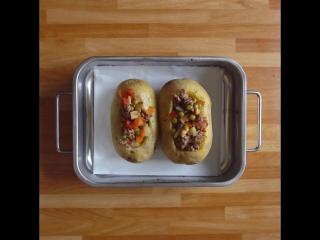 К ужину: как приготовить печеную картошку с фаршем и сыром?