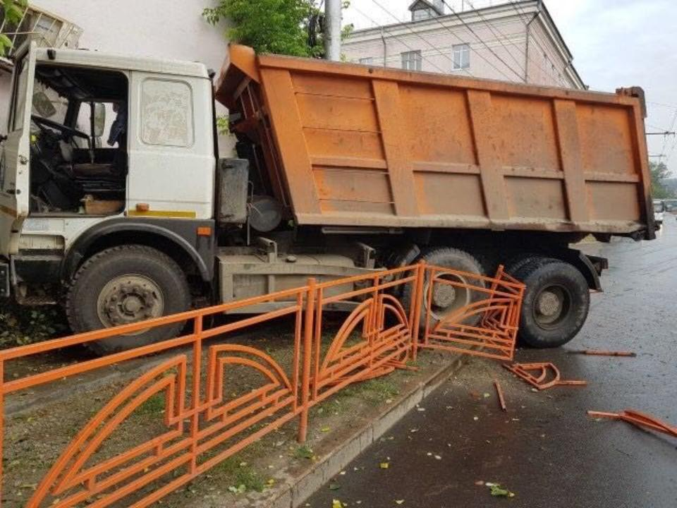 Фото: в Иркутске «КамАЗ» врезался в стену общежития