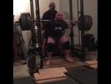 Деннис Корнелиус - присед с паузой 322 кг х 5 повторов