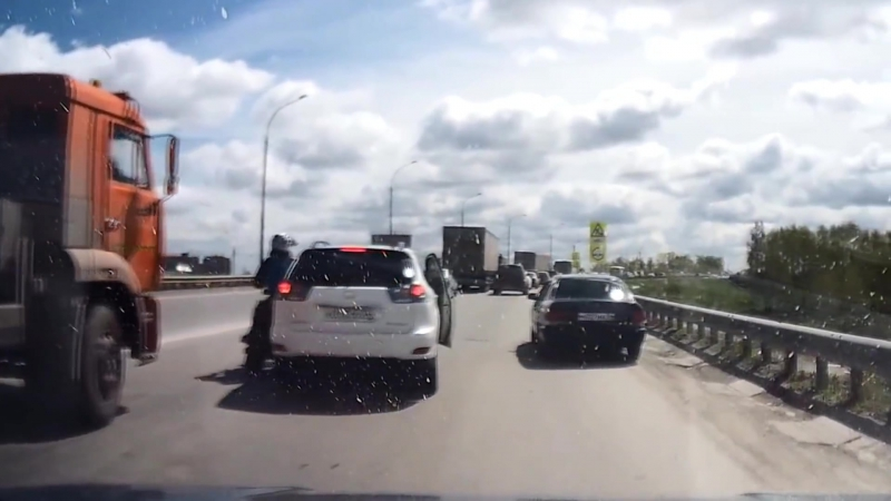 Два чеченца бьют мотоциклистаtwo Chechens beat Russian rider