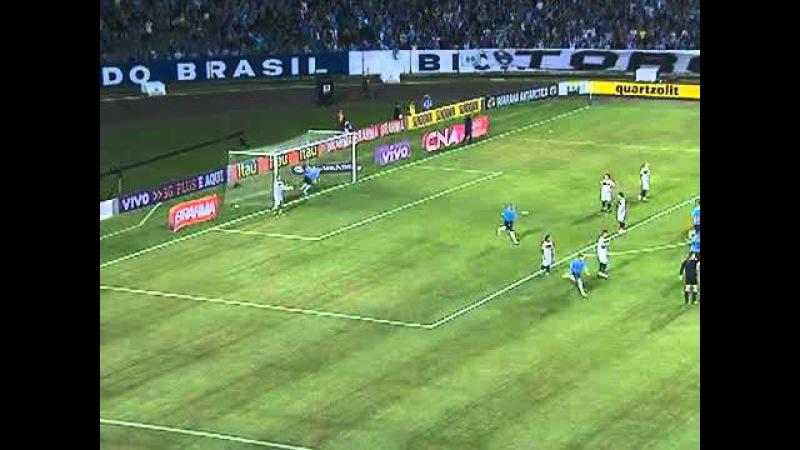 Gol do Grêmio! Leo Gago acerta cobrança de falta de longe e abre placar aos 5 do 2º tempo