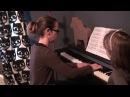 Móka 1996 után újra zongorázik Solya a kotta lapozó