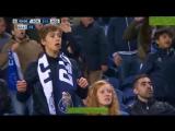 Девушка смотрит футбол