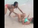 Шикарная техника борьбы двух девушек на пляже.