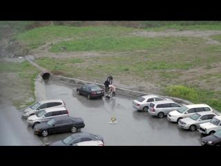 На МЖК мужчина жарит шашлык в ливень