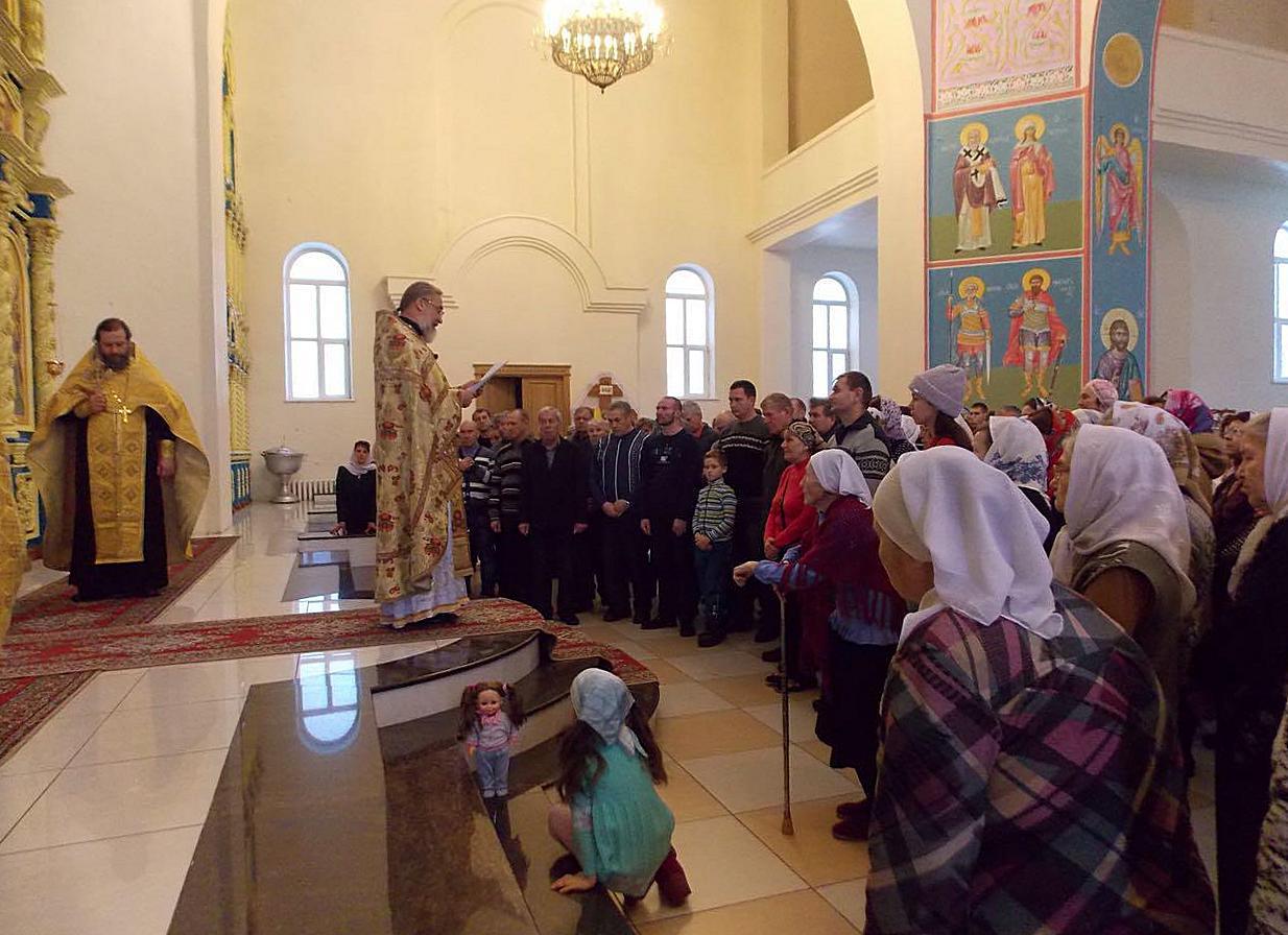 Настоятель храма зачитывает прихожанам послание святейшего патриарха  в день памяти жертв ДТП