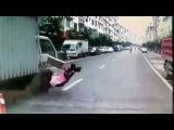 Китаянка не только не погибла под колесами грузовика, но и успела поменять амортизатор)))