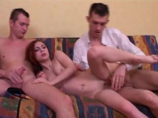 Рыжая телочка трахается с двумя, мжм молодая, неопытная, секс, порно, трах