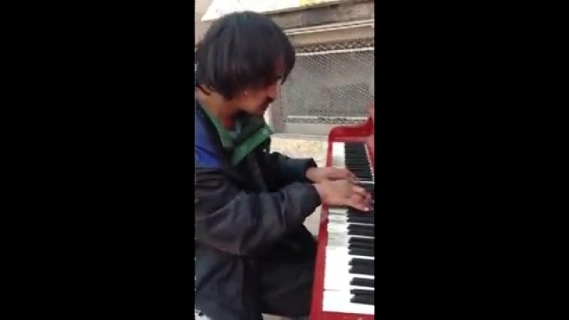 Бомж-пианист из Канады покорил Интернет ...а пианино (480p)