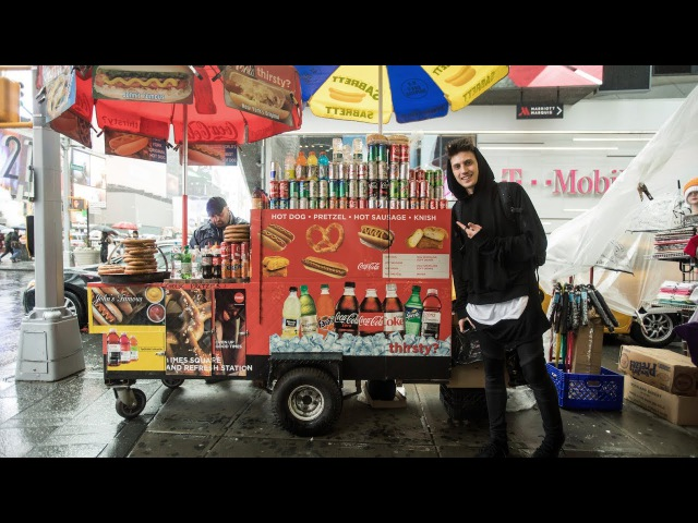 Discover David Gravell Episode 2: Eating the best Hot Dog in New York!