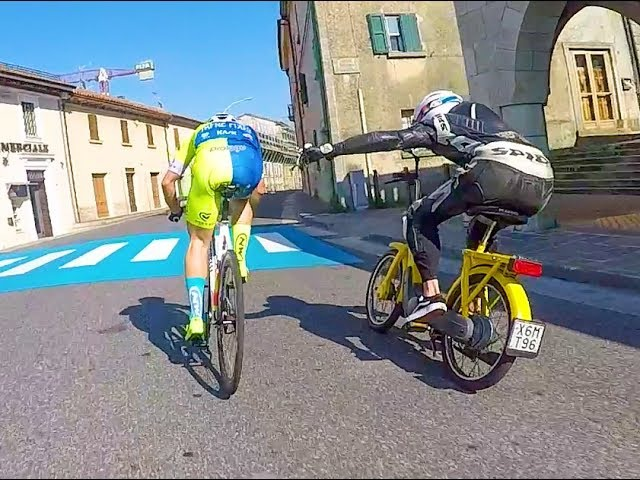 The Moped guy challenges our Fixed Gear rider @michaelwar_14 piaggio ciao VS fixedgear