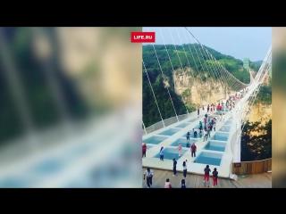 Зачем китайцы лезут на стеклянный мост