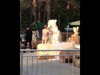 На набережной продолжается конкурс деревянных скульптур, художники в процессе создания своего шедевра<br>видео: naberegukhv