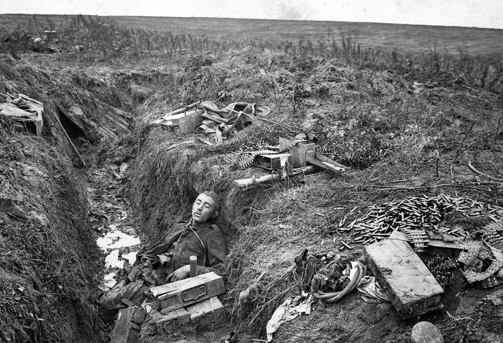 Немецкий пулеметчик лежит убитым на своем посту в окопе, вблизи города Hargicourt, во Франции, 19 сентября 1918.
