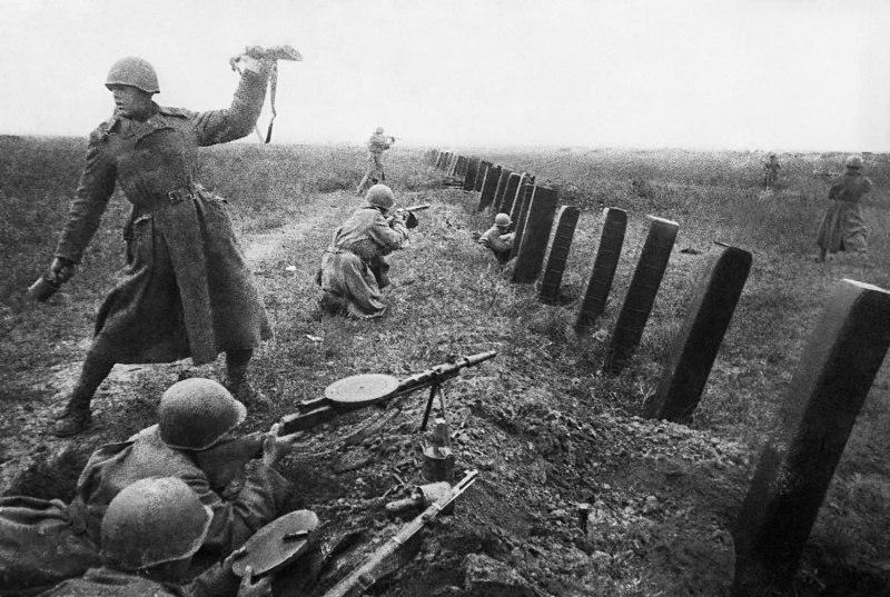 Бойцы 3-го Украинского фронта у противотанковых заграждений во время боев под Одессой. 1944 год.