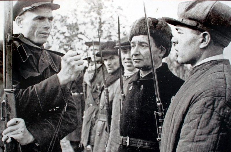 Куйбышевские ополченцы на строевых занятиях во время Всеобщего военного обучения. 1941 год.