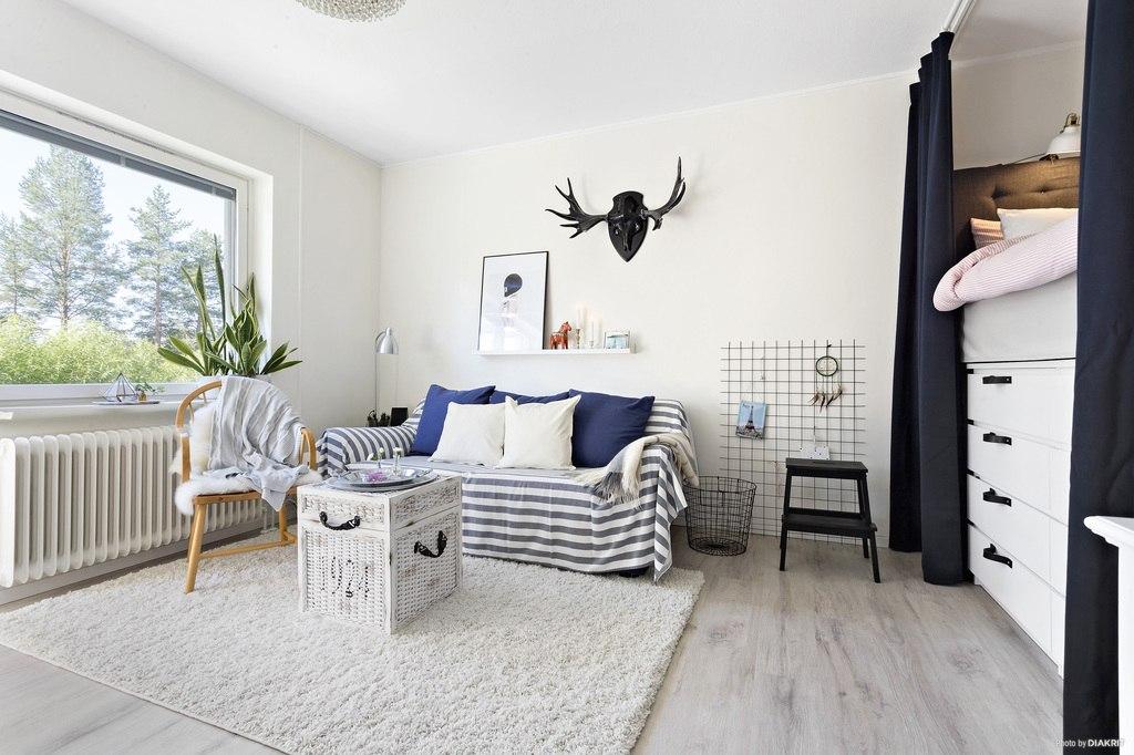 Интерьер квартиры-студии 32 м c необычно спланированной кухней и кроватью-комодом.
