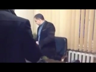 """""""Тебе земельки не хватает На !"""", – АТОшники проучили чиновника-махинатора засыпав его землей. Видео VaRoTa"""