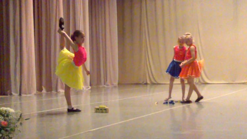 Презент для Германии. Наши девчонки играют в кубики.