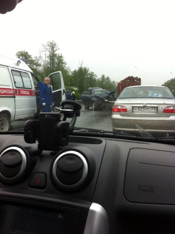 На трассе в Пермском крае два внедорожника столкнулись лоб в лоб