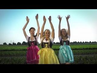 Три немки поют весёлую песню о животных.