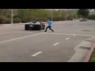 идиот бросает камни в Lamborghini Aventador за 400 000$