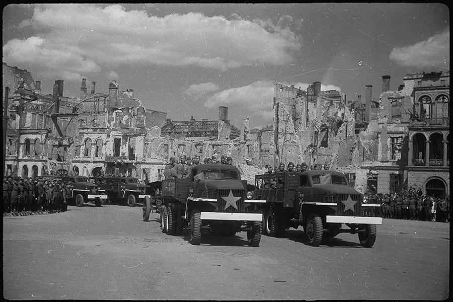 Торжественное прохождение советских войск у Бранденбургских ворот. Берлин, 20 мая 1945 года.
