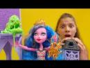 Видео для девочек МонстерХай Гулиопа СПАСЛА школу от МОНСТРА слизи Игры с куклами и подружками