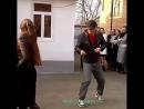 Мужчина танцует как робот.