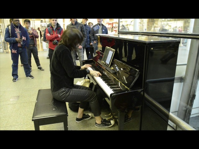 Playing Nothing Else Matters on Elton John's piano at St. Pancras Station - London