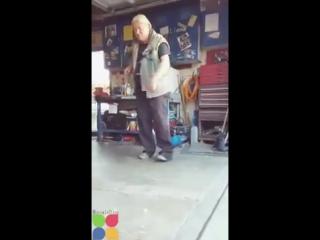 Дедуля танцует вейвинг под Майкла Джексона